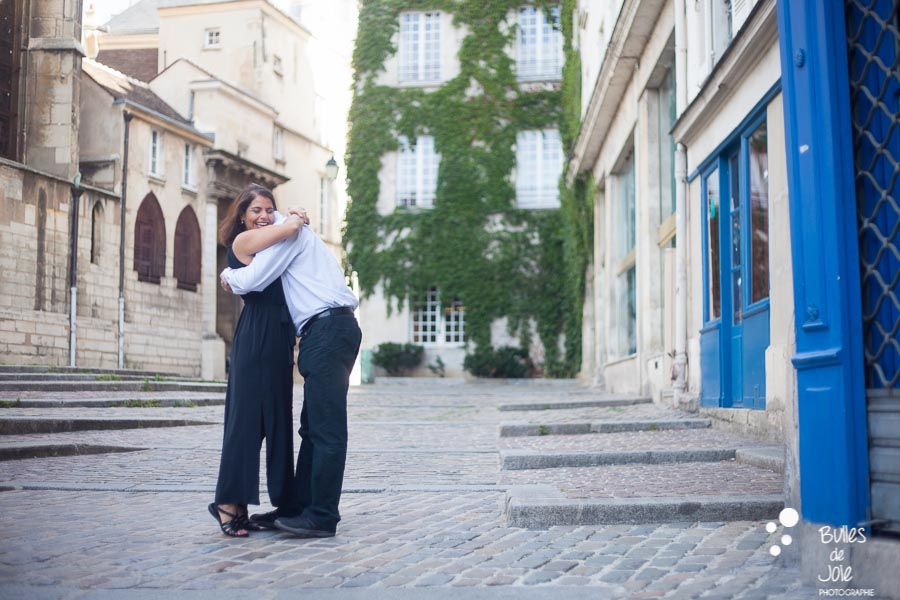 Couple cuddling during a photoshoot. Great wedding gift anniversary for her in Paris. More photos: