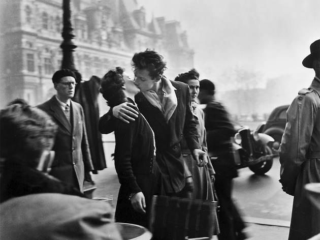 Lovers in Paris by Doisneau, paris photographer