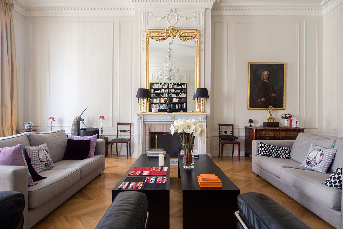 Hausmannian apartment in Paris. Photo illustrating a blog post about 5 nice places around Paris for a family or engagement photo session.