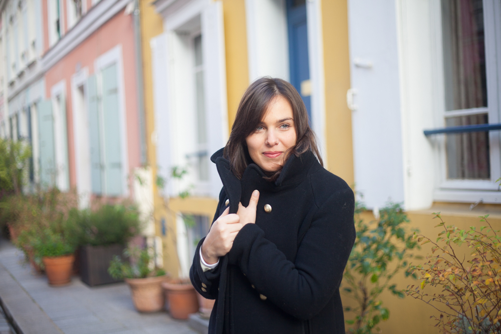 Preety woman posing in rue Cremieux. Photo illustrating a blog post about 5 nice places around Paris for a family or engagement photo session.