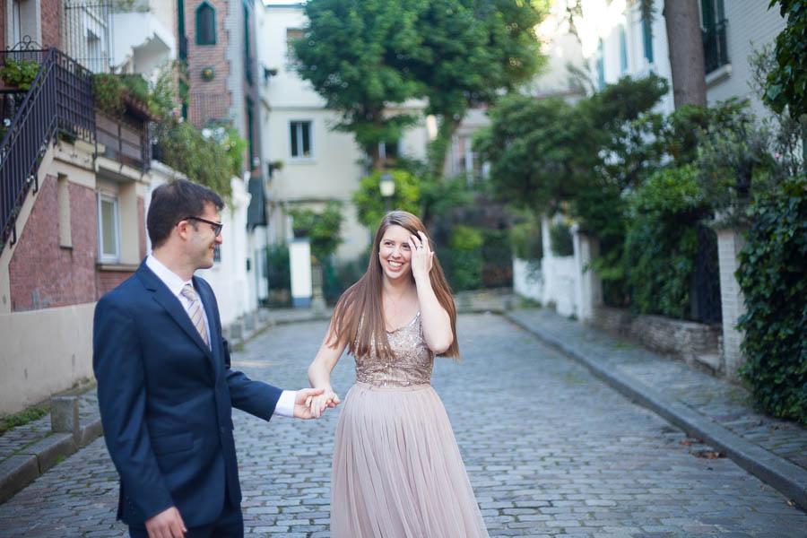 Couple d'amoureux à Montmartre lors d'une séance photo. Image ilustrant l'article de blog : 5 lieux dans Paris où faire sa séance photo.