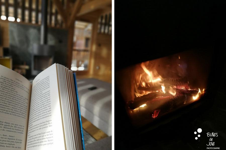 Lecture au feu de bois. Vacances d'une photographe. Photo de Bulles de Joie. Plus de photos des vacances à la montagne :