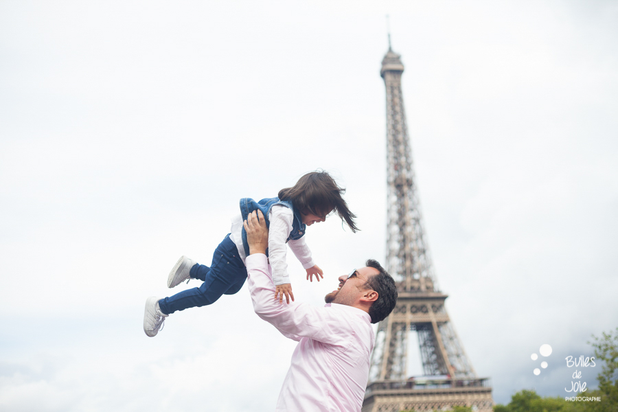Why an outside photoshoot in Paris? Blog post by the Paris family photographer: Bulles de joie