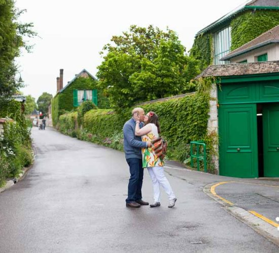 Proposal & engagement photo session in Giverny, lovers kissing in an empty street