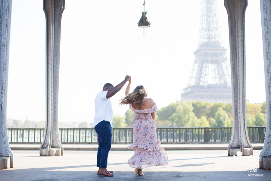Surprise proposal Bir Hakeim, Eiffel Tower by the Paris Engagement Photographer, Bulles de Joie