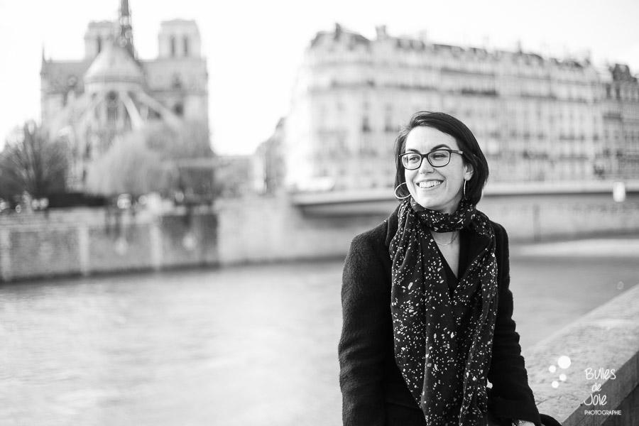 Portrait d'une femme entrepreneure souriante devant Notre-Dame de Paris. Par Bulles de Joie, photographe de femmes entrepreneures