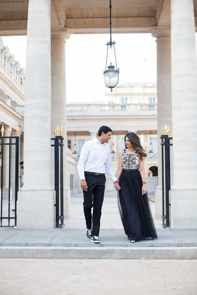 Couple walking in Paris | Love photo session by Bulles de Joie Photography