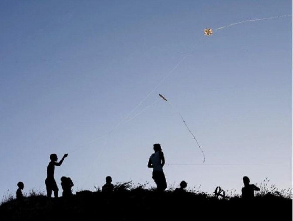 Photo prise à Cuba. Enfants jouant au cerf-volant en contre-jour