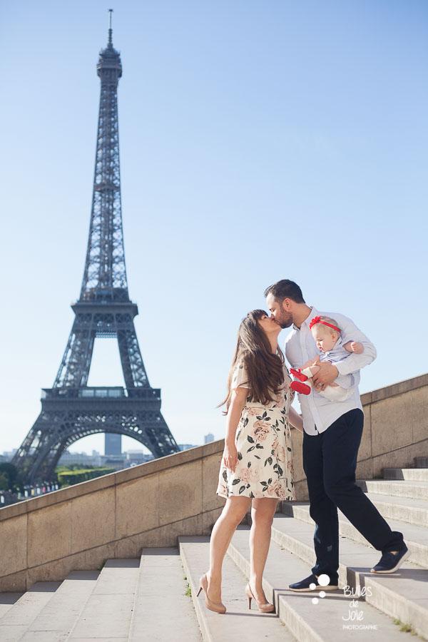 Kiss in Paris by Bulles de Joie, Paris Family Photographer