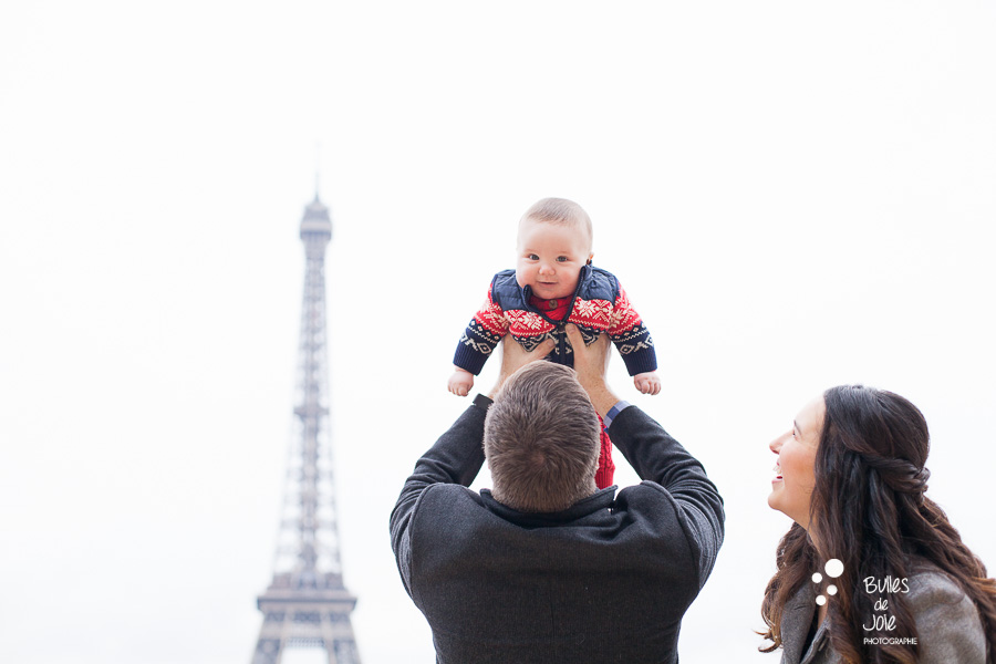 Family photos Eiffel Tower. Winter family photoshoot by Bulles de Joie.