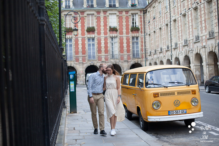 Paris photoshoot place des Vosges - honeymoon couple having a love session in Paris