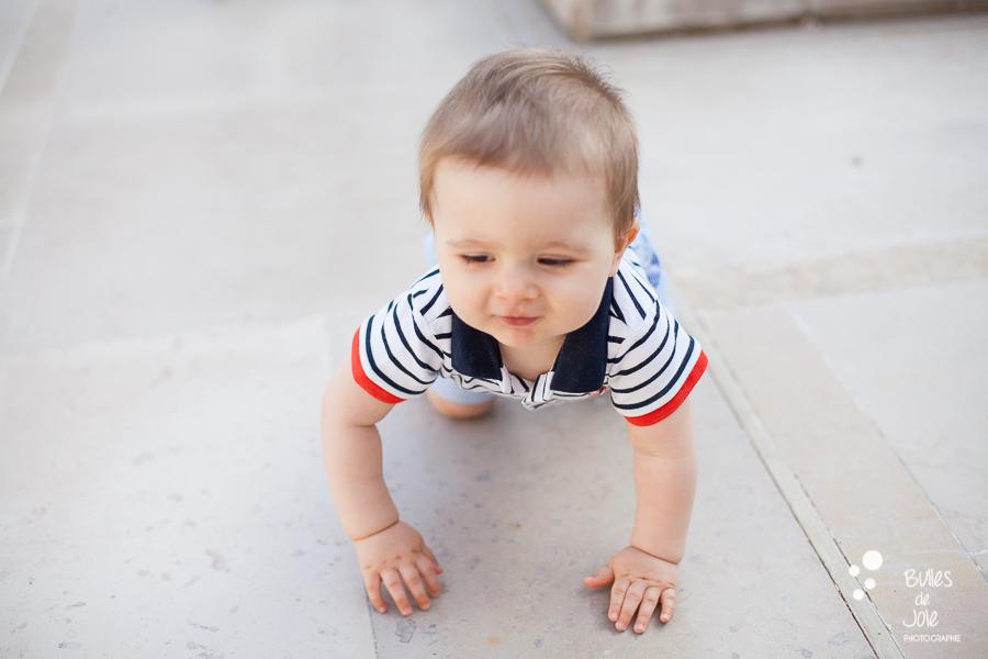 Bébé explorant le jardin du Palais Royal à Paris