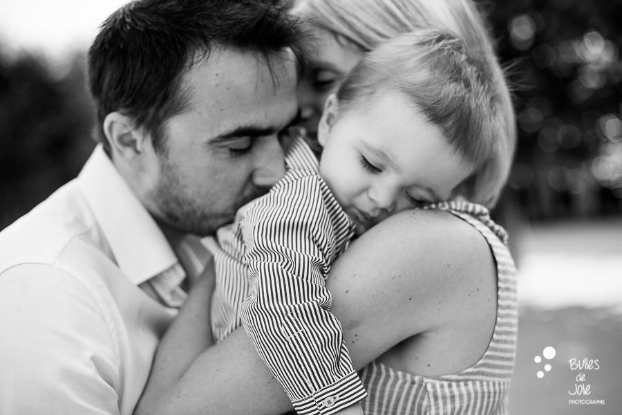 Famille se câlinant lors d'une séance photo lifestyle à Paris