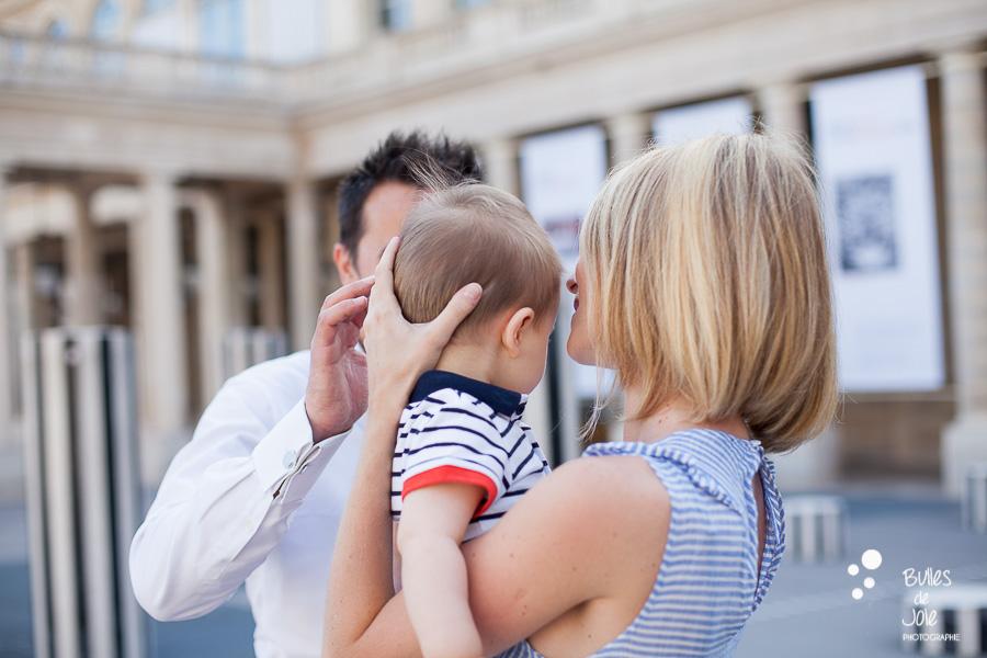 Maman portant son enfant avec affection, colonnes de Buren, Paris