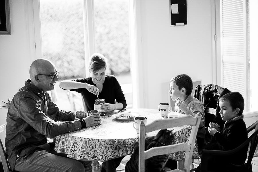 L'heure du goûter - Séance photos famille à domicile Yvelines