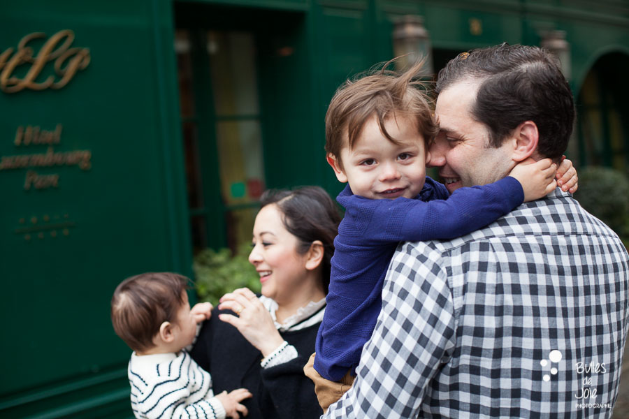 Paris lifestyle photographer - family photo shoot in the parisian streets