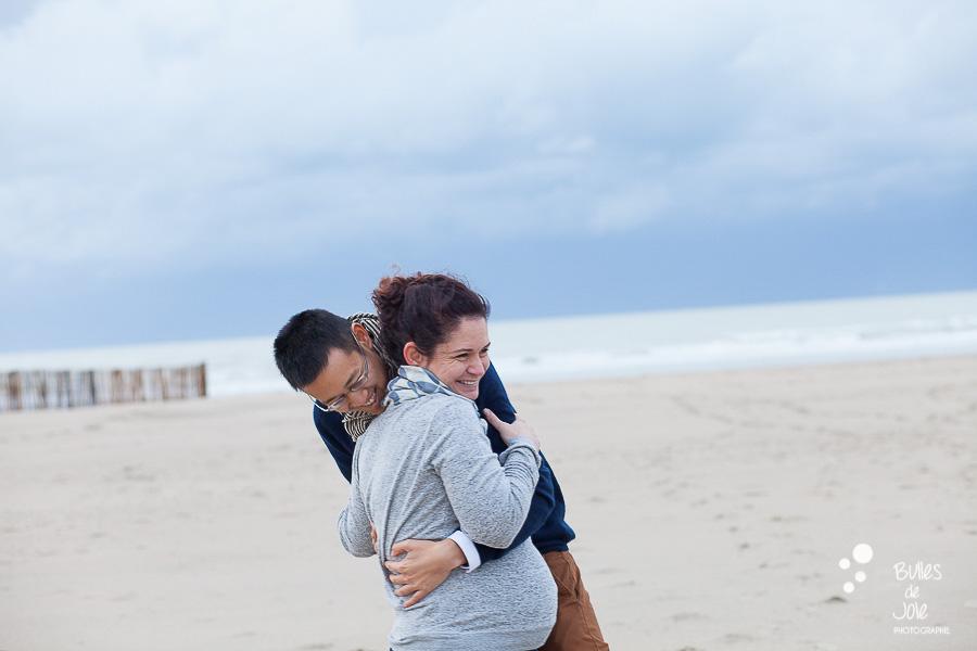 Séance photos maternité sur une plage