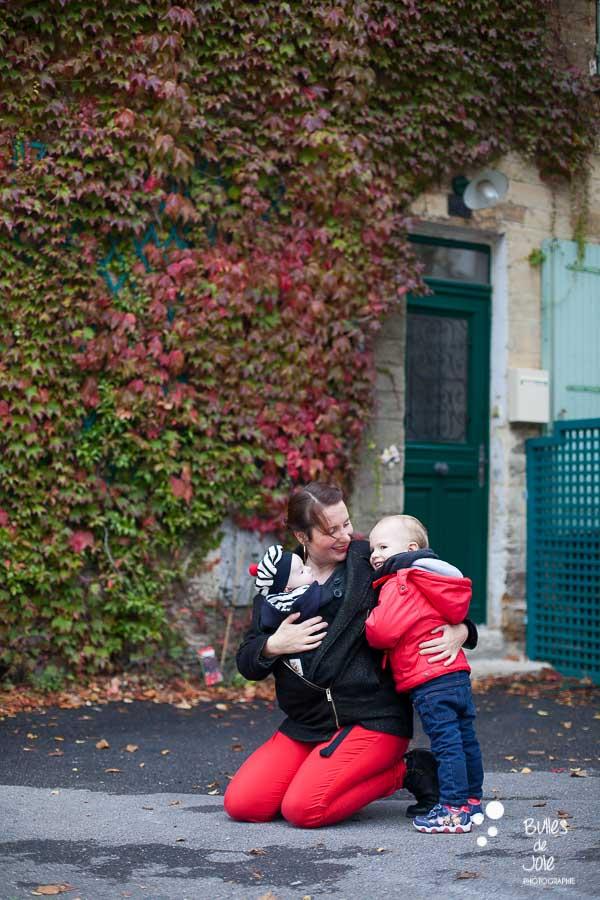 Séance photo famille Automne Yvelines - magnifique photo de famille devant de la vigne vierge