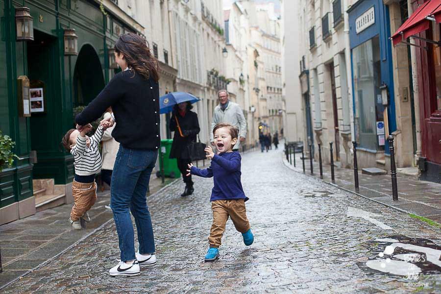Photos de famille joyeuses - Séance photo lifestyle dans les rues de Paris