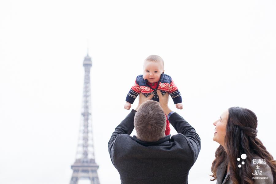 Photos de famille à la Toue Eiffel | photographe famille Paris
