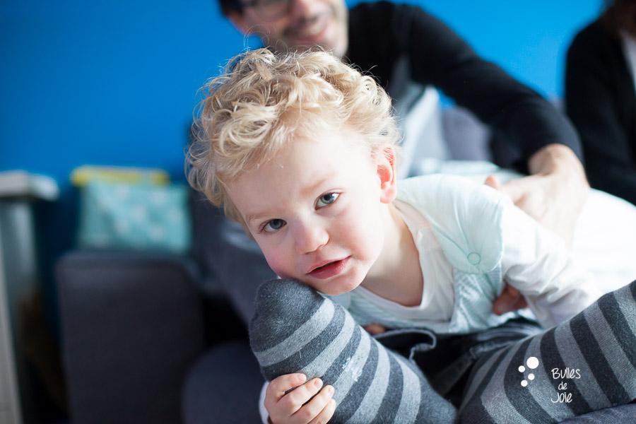 Portrait d'enfant de 2 ans et demi en train de jouer avec son papa