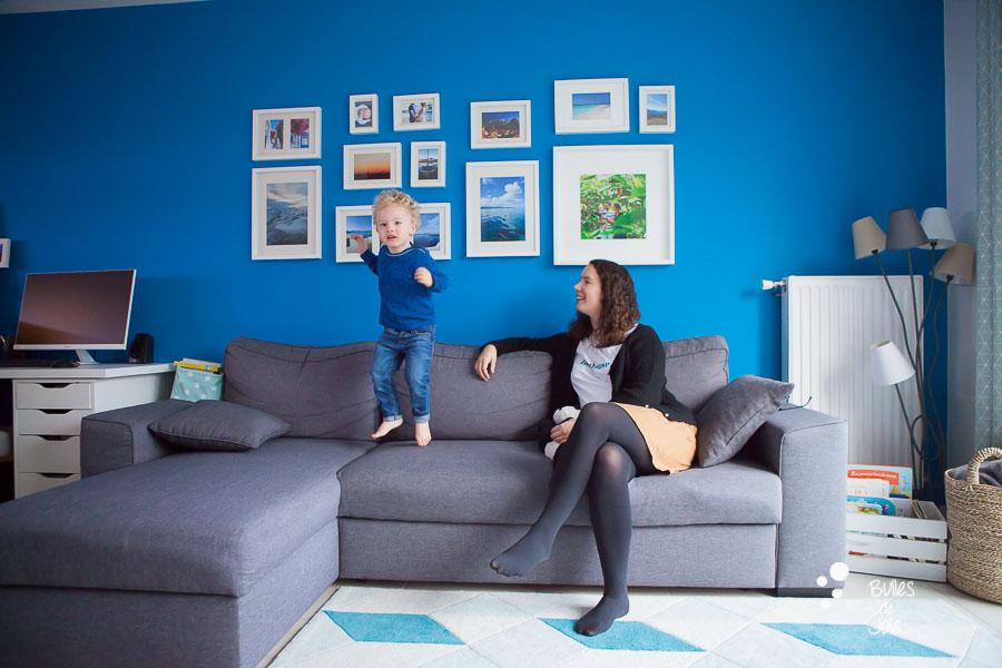 Portrait d'enfant en train de sauter sur le canapé et de sa maman
