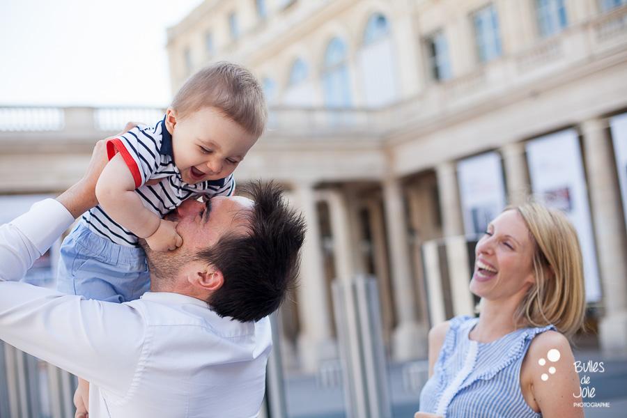 Photo de famille joyeuse pour les 1 an de bébé