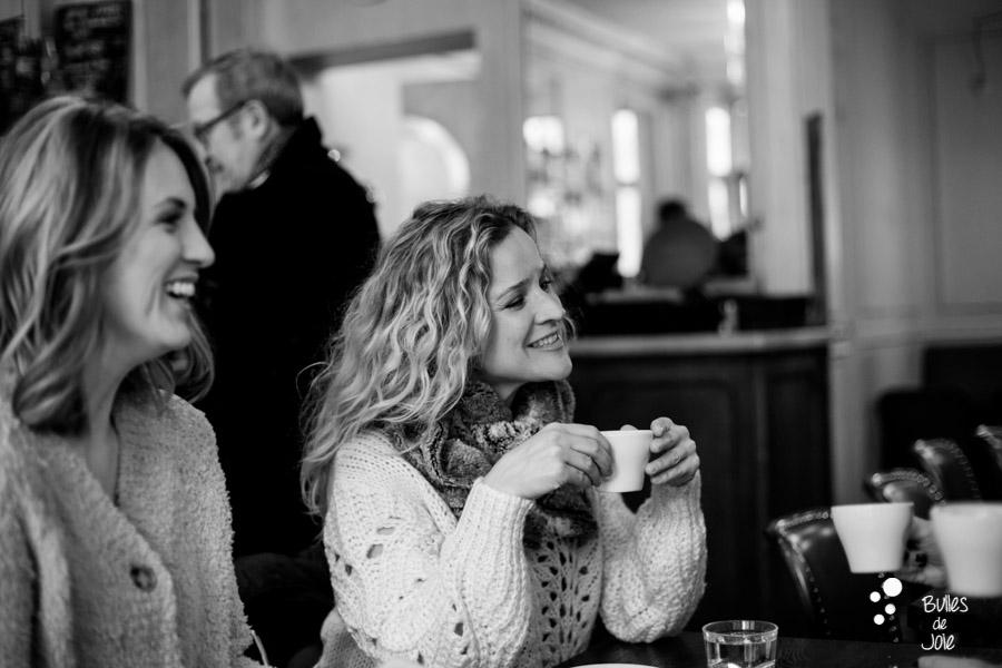 Shooting photo entre amies dans un café parisien - photographe : Bulles de Joie Photographie
