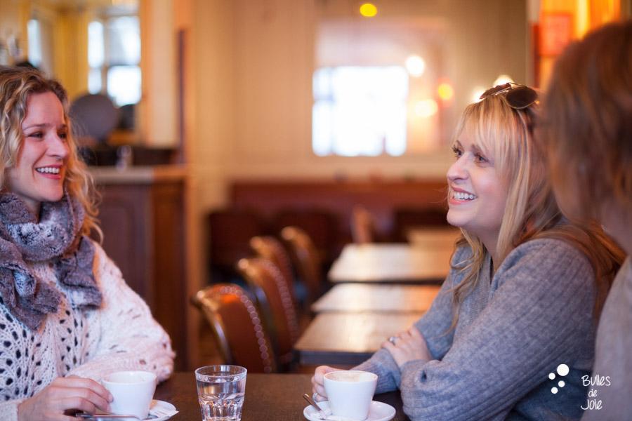 Shooting photo entre amies dans un café parisien