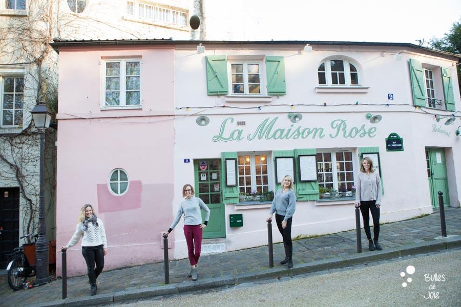 Shooting photo entre amies devant la Maison Rose à Montmartre