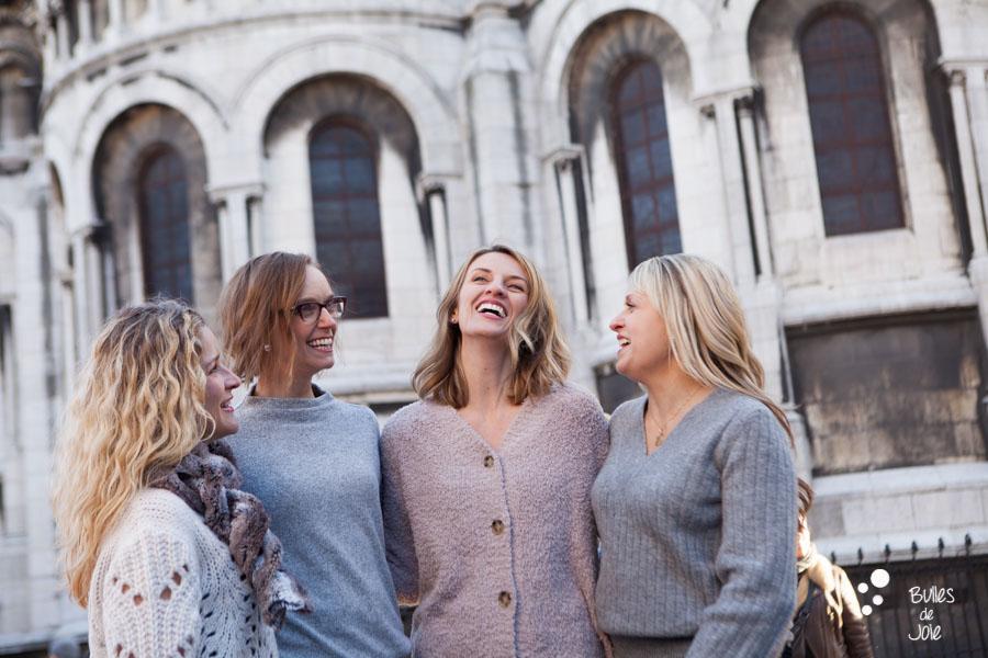 Shooting photo entre amies en extérieur à Paris, dans le quartier de Montmartre, avec le Sacré Coeur en fond