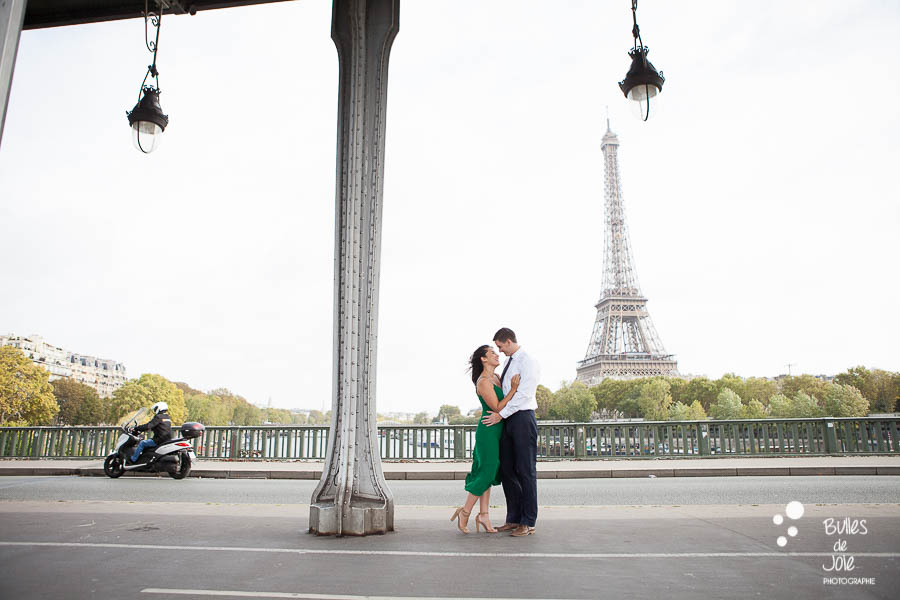 Lifestyle couple photoshoot in front of the Eiffel Tower