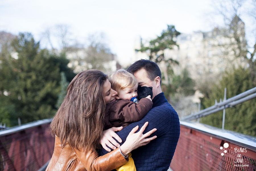 Séance photo famille complice parc des Buttes Chaumont, Paris 19