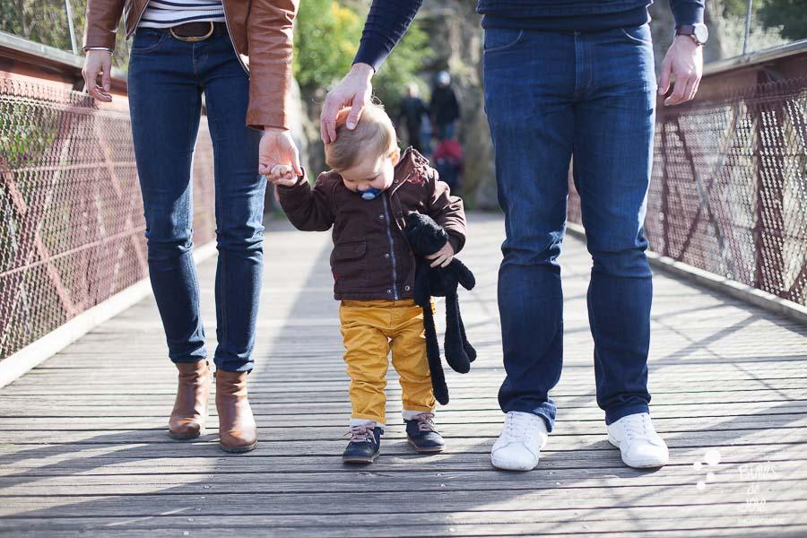 Séance photo famille unie joli parc à Paris