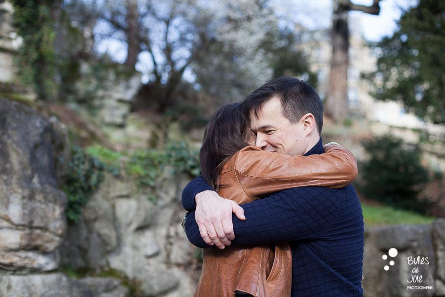 Photo de couple s'enlaçant | photographe couple Paris