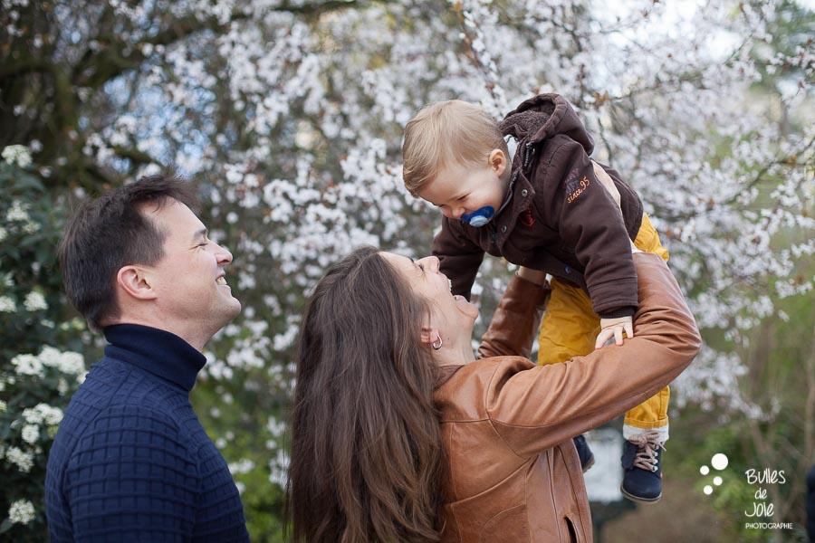 Séance photo famille parc des Buttes Chaumont, Paris 19 avec décors de cerisiers en fleurs