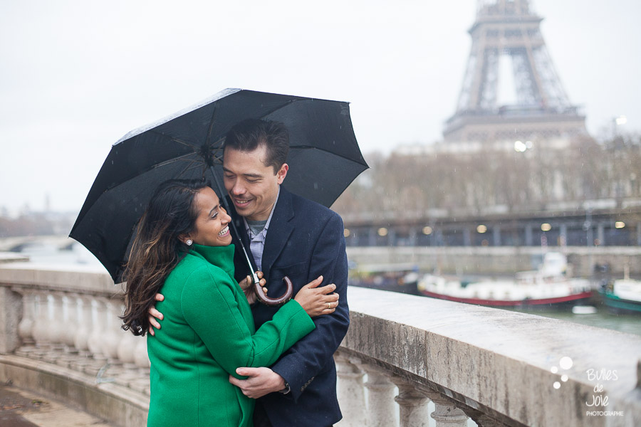 Rainy couple photoshoot in Paris
