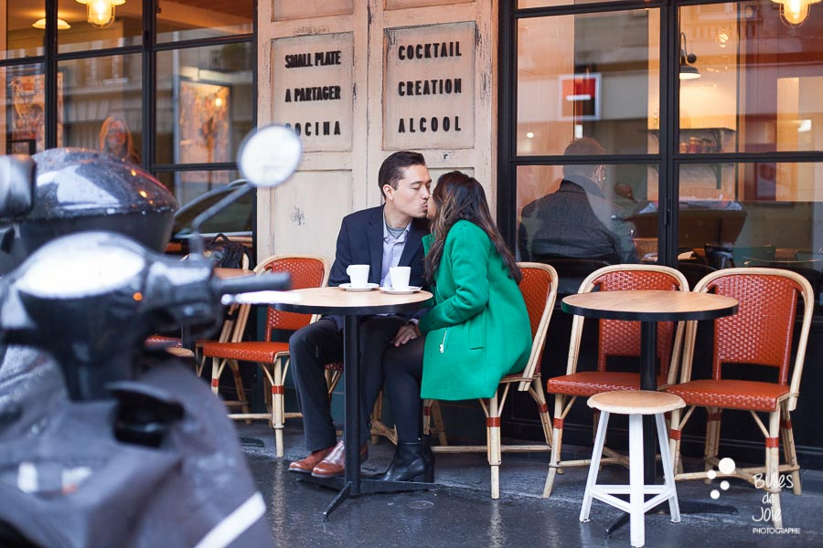 The kiss at a parisian cafe