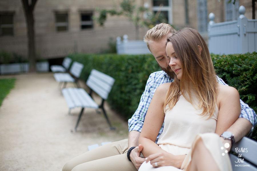 Séance photo couple à Paris, jardin dans le Marais