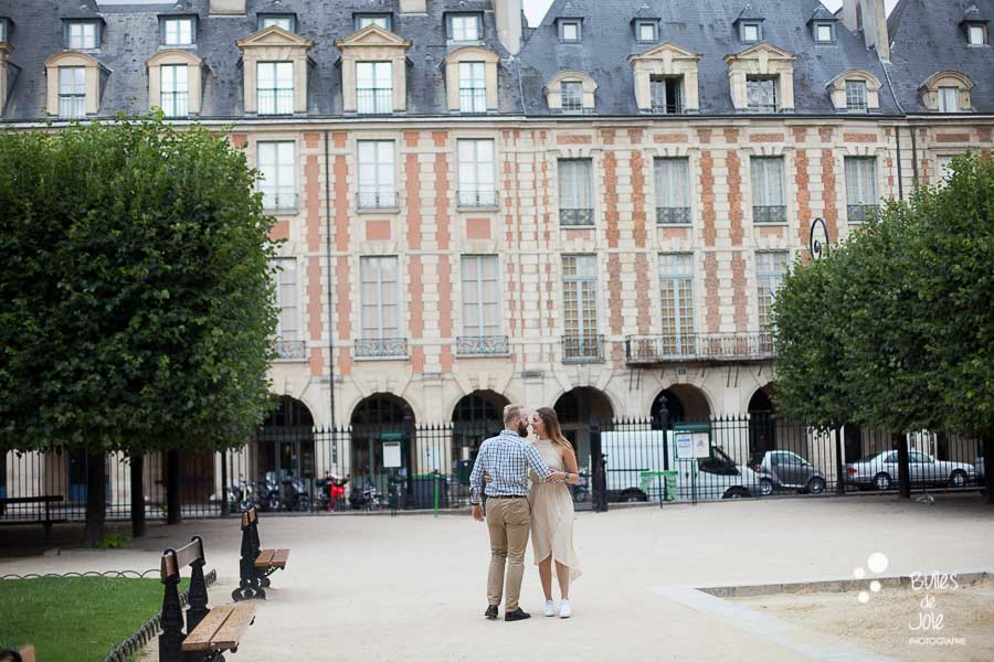Séance photo de couple Place des Vosges, Le Marais - Paris