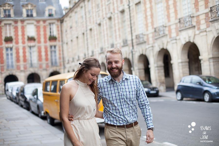 Shooting photo couple dans les rues du Marais à Paris