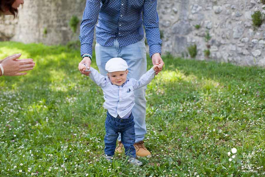 Premiers pas d'un bébé lors d'une séance photo