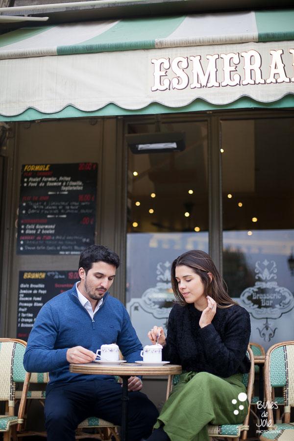 Photo de couple atmosphère typiquement parisienne