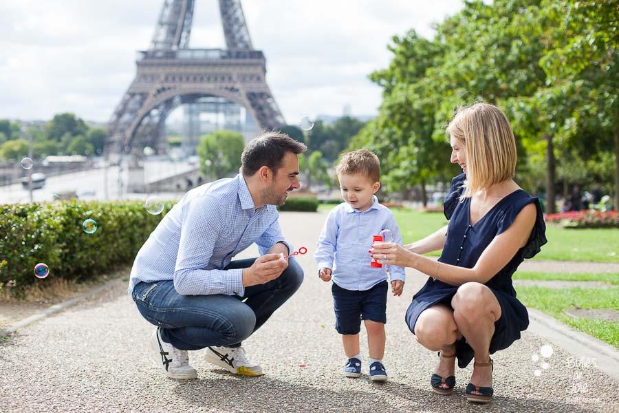Séance photo enfant 2 ans Paris, Tour Eiffel - par Bulles de Joie Photographie
