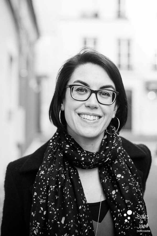 Portrait de femme Paris en extérieur - photo en noir et blanc