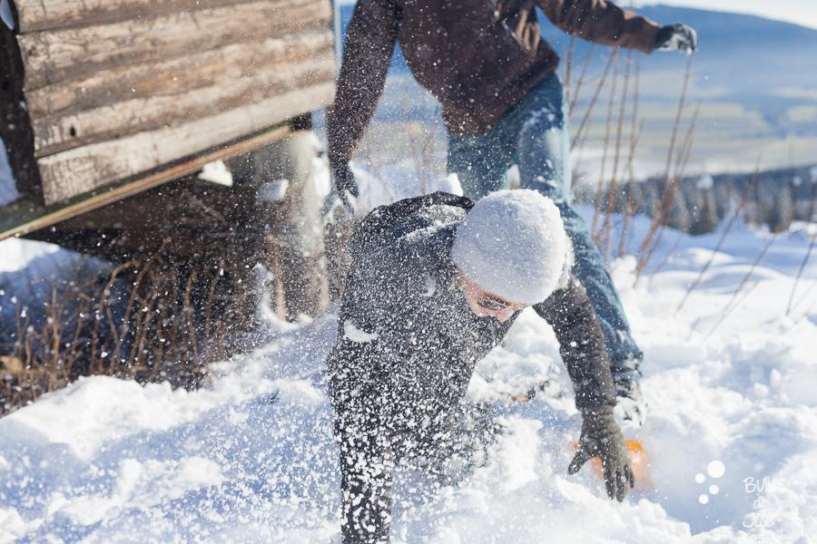 Séance photo couple fun à la neige