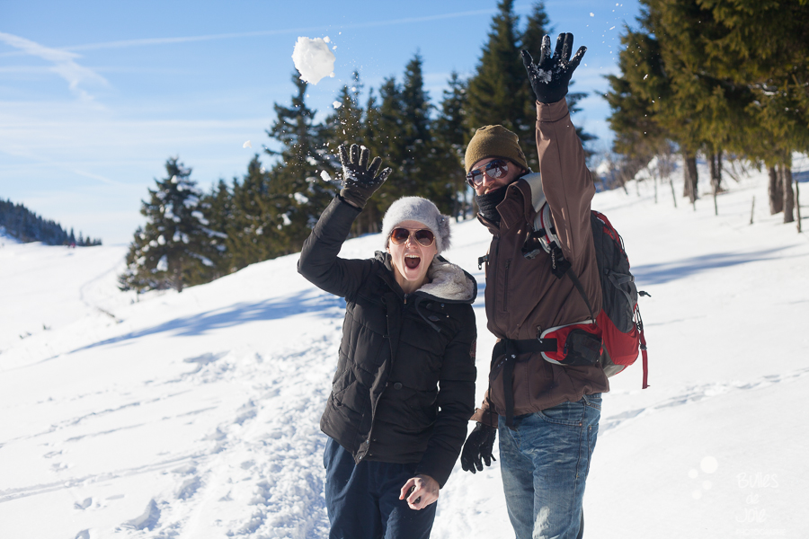 Séance photo couple dans la neige - bataille de boules de neige