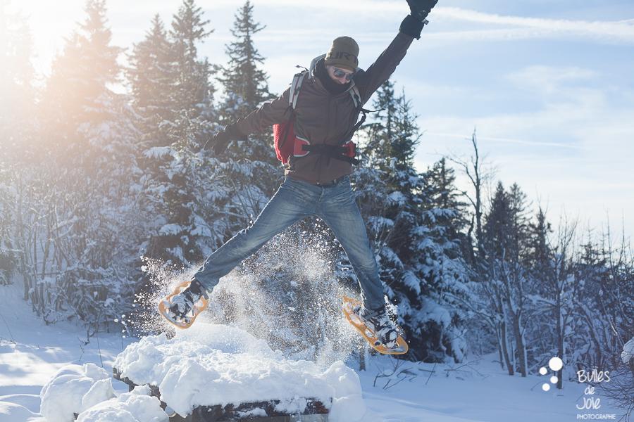 Saut en raquettes lors d'une séance photo dans les montagnes en Haute-Savoie
