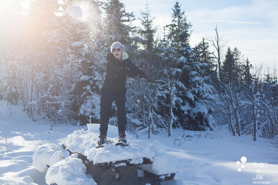 Bataille de boule de neige lors d'une séance photo dans la neige
