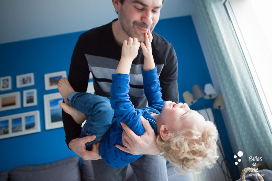 Papa et son fils jouant lors d'une séance photo famille complice